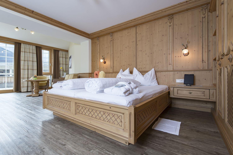 gemütliches Doppelbett in der Juniorsuite Tirol deluxe