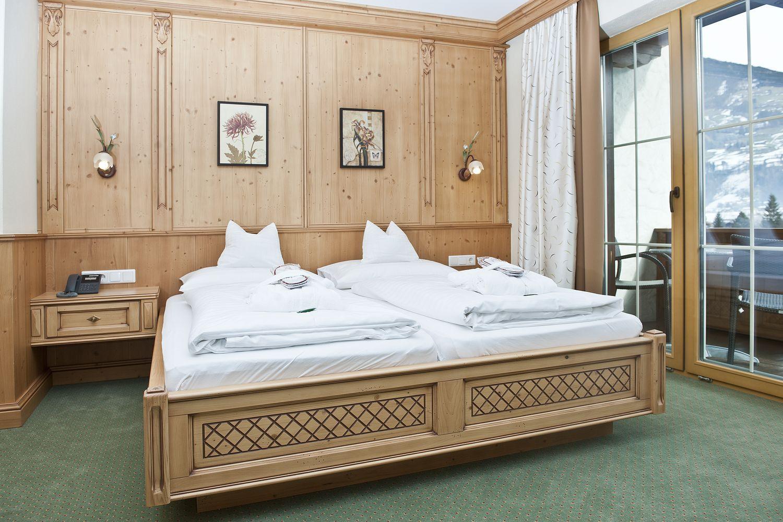 Doppelbett im Doppelzimmer Tirol
