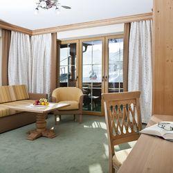 gemütliche Sitzecke im Doppelzimmer Tirol