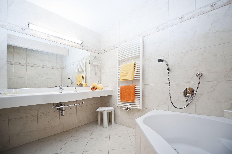 Bad in der Familiensuite mit Badewanne