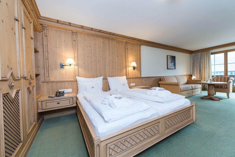 gemütliches Doppelbett in der Juniorsuite Hochzillertal