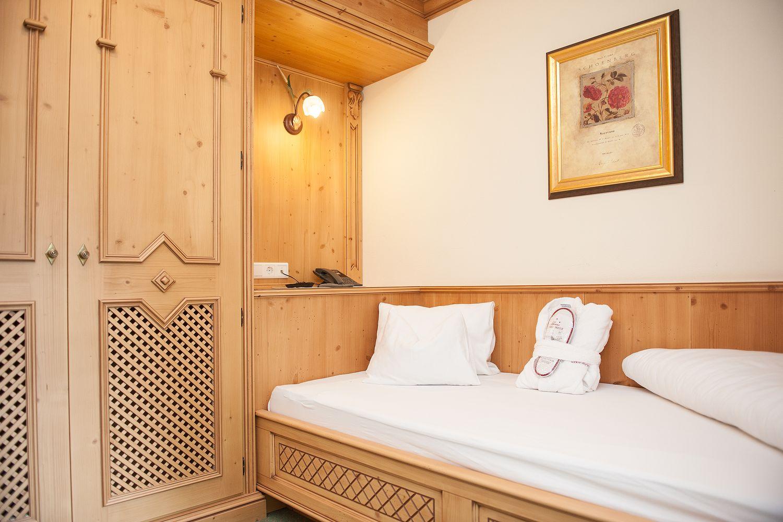 gemütliches Bett im Einzelzimmer Zillertal