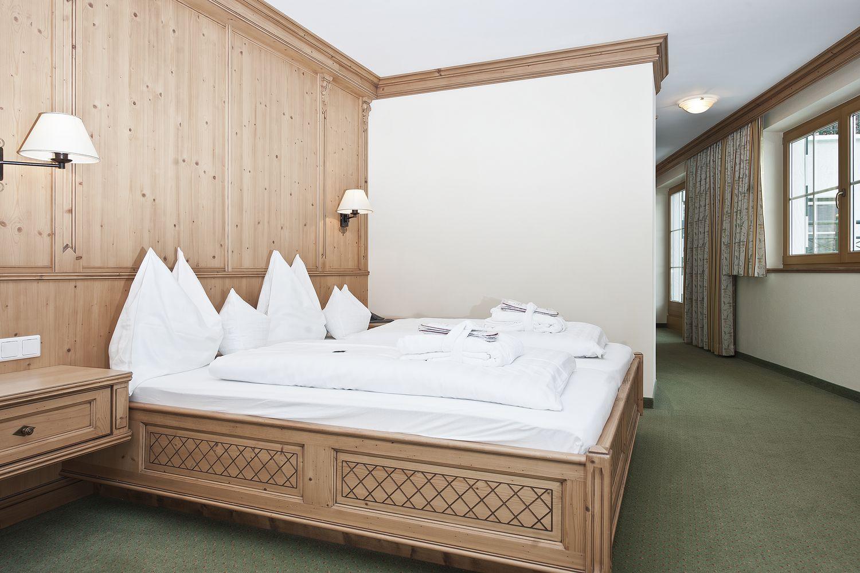 Doppelbett in der Juniorsuite Zillertal
