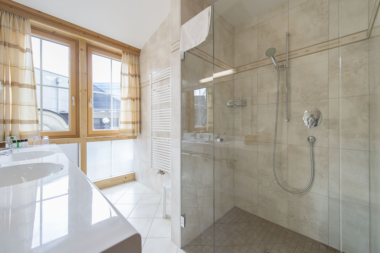 große Dusche in der Juniorsuite Tirol deluxe