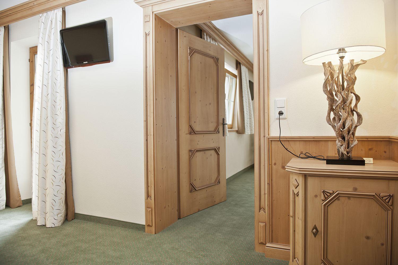 getrenntes Wohn- und Schlafzimmer in der Suite Zillertal